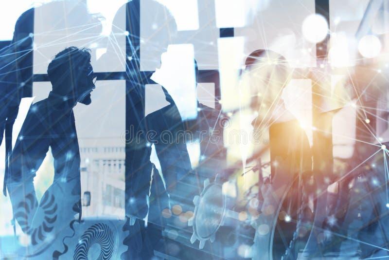 Commercieel team met toestellensysteem Groepswerk, vennootschap en integratieconcept met netwerkeffect Dubbele blootstelling stock foto