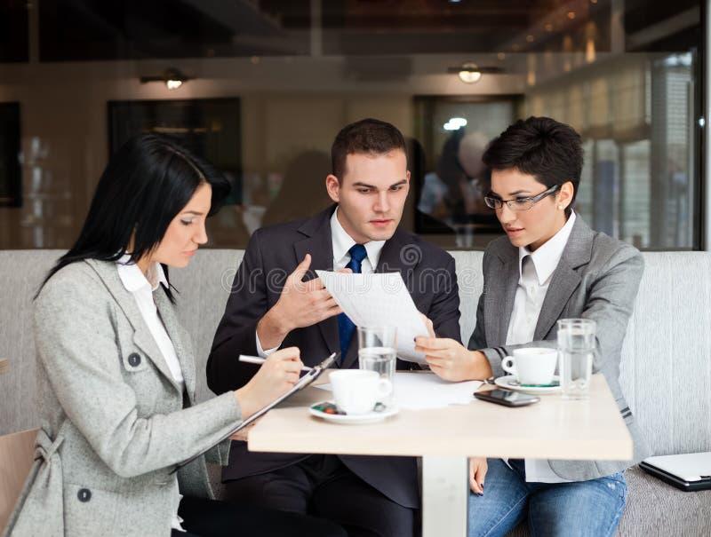 Commercieel team op een vergadering stock foto