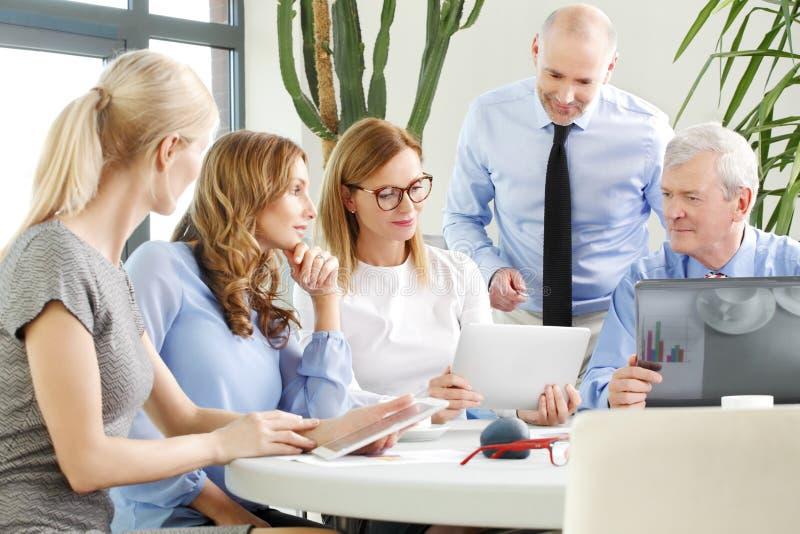Commercieel team op het werk stock afbeeldingen