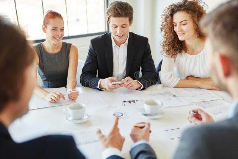 Commercieel team op op de markt brengende vergadering royalty-vrije stock afbeelding
