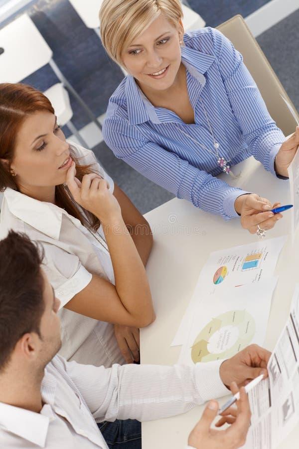 Commercieel team op vergadering stock afbeelding