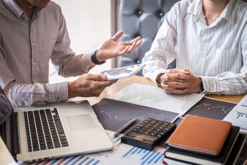 Commercieel team op vergadering aan de planning van investering financieel handelproject en strategie van overeenkomst op een beu stock afbeelding