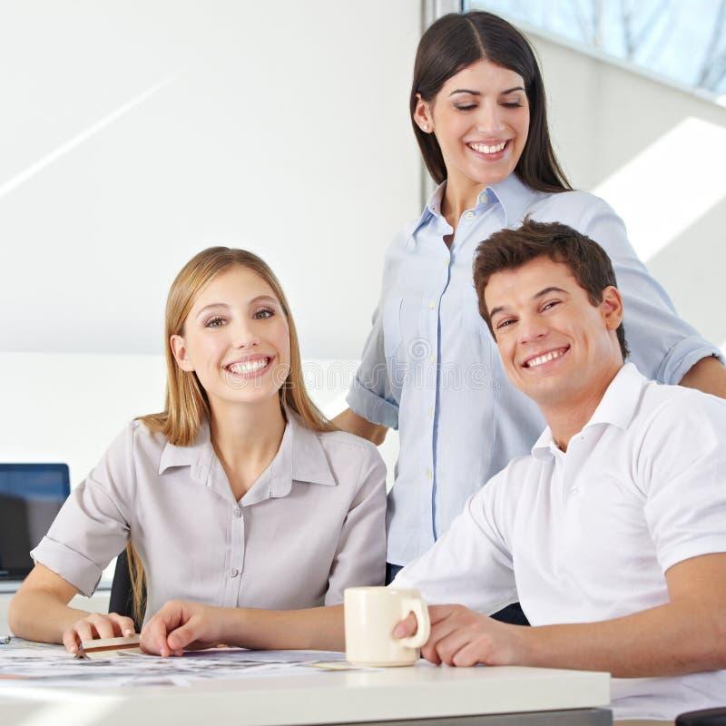 Commercieel team in reclamebureau stock foto's