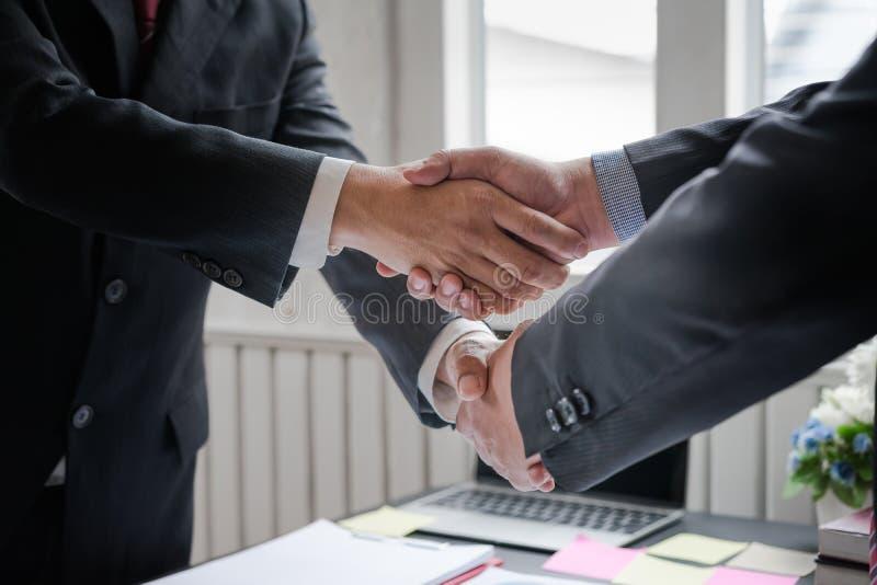 Commercieel team samenkomend heden, Co-Investering het schudden handen na omhoog het beëindigen van een vergadering die nieuw pla stock foto