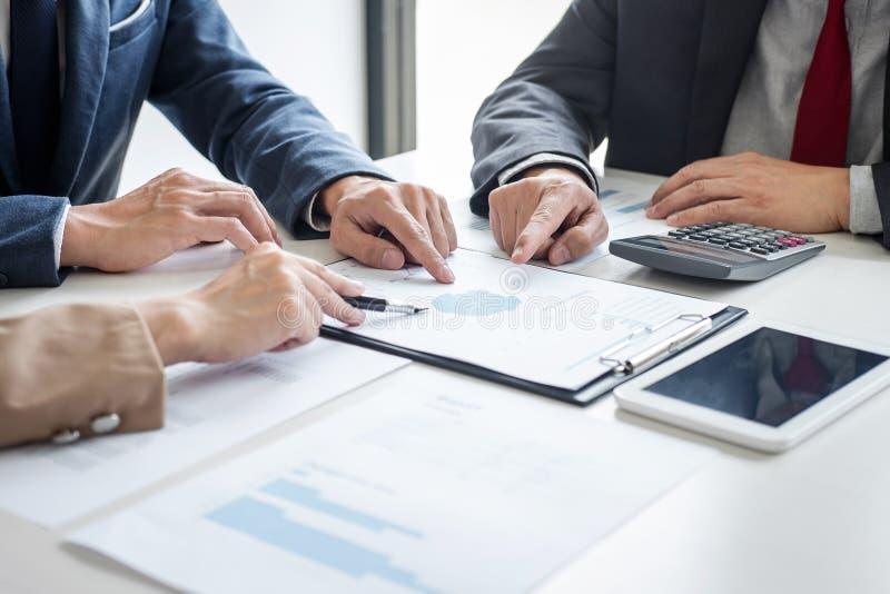 Commercieel team samenkomend heden, het nieuwe idee van de Secretaressepresentatie en het uitbrengen van rapport aan professionel stock afbeeldingen