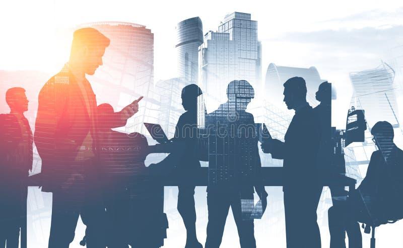Commercieel team in stad, mededeling royalty-vrije stock afbeelding