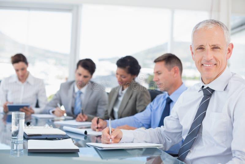 Commercieel team tijdens vergadering royalty-vrije stock fotografie
