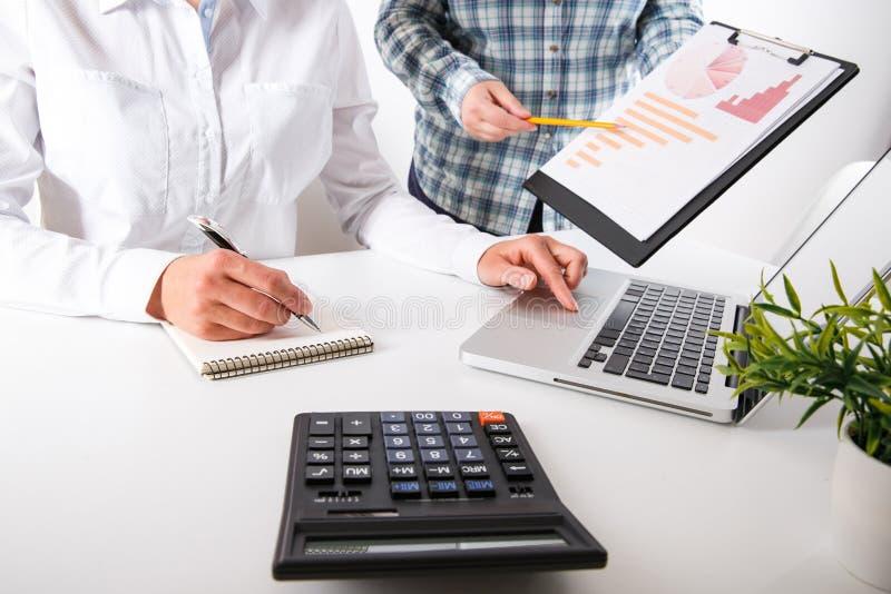 Commercieel team twee collega's die de nieuwe gegevens van de plan financiële grafiek bespreken royalty-vrije stock fotografie