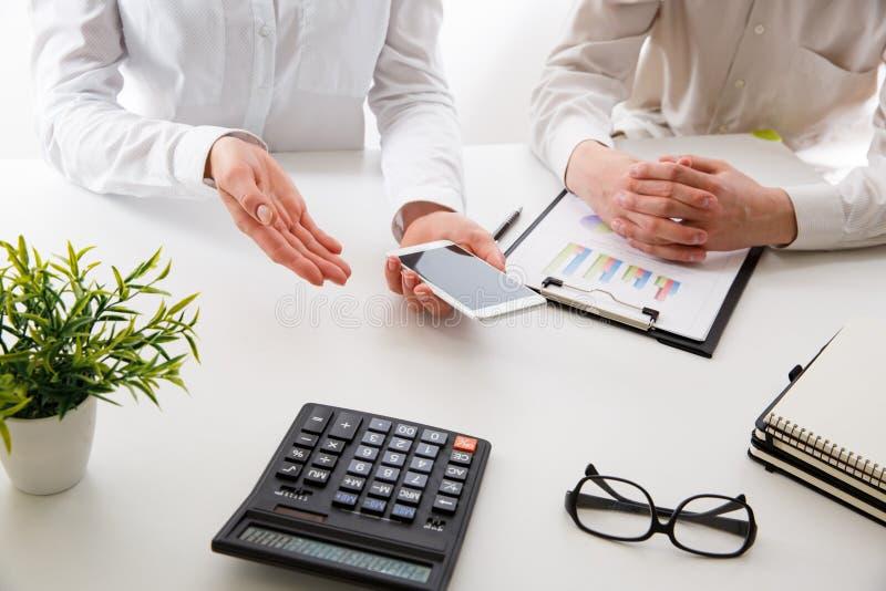 Commercieel team twee collega's die de nieuwe gegevens van de plan financiële grafiek over bureaulijst bespreken stock foto