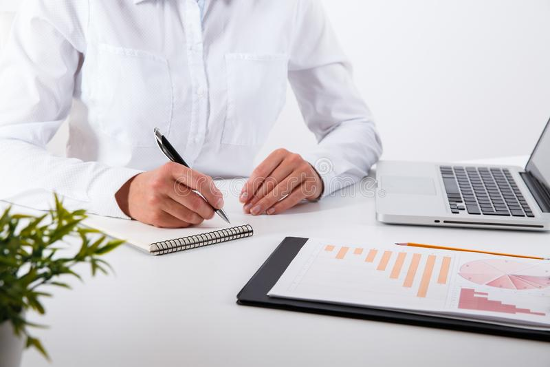 Commercieel team twee collega's die nieuwe plan financiële grafiek bespreken royalty-vrije stock afbeelding