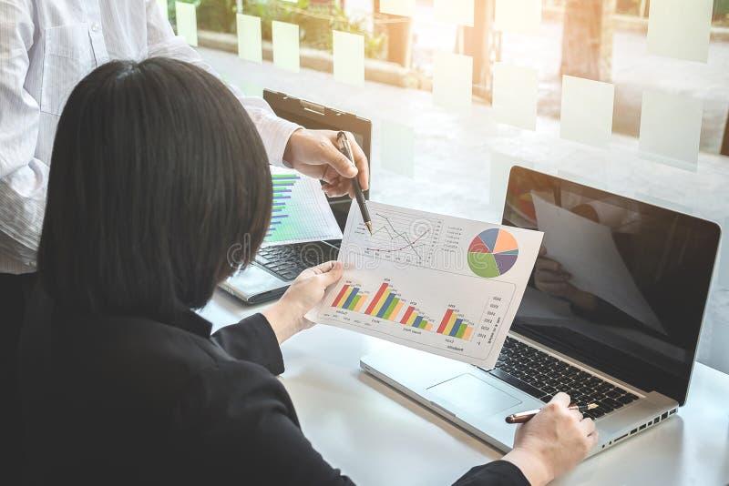 Commercieel team twee collega's die nieuwe plan financiële grafiek bespreken royalty-vrije stock foto's