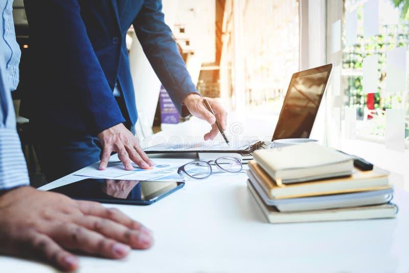 Commercieel team twee collega's die nieuwe plan financiële grafiek bespreken stock afbeelding