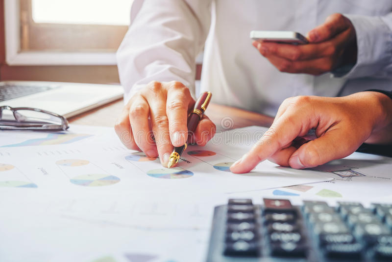 Commercieel team twee collega's die nieuwe plan financiële grafiek bespreken stock foto's
