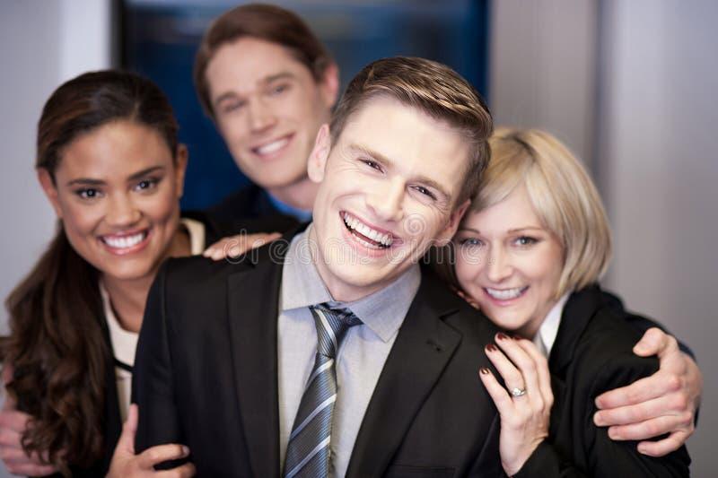 Commercieel team van vier die pret hebben op het werk royalty-vrije stock foto's