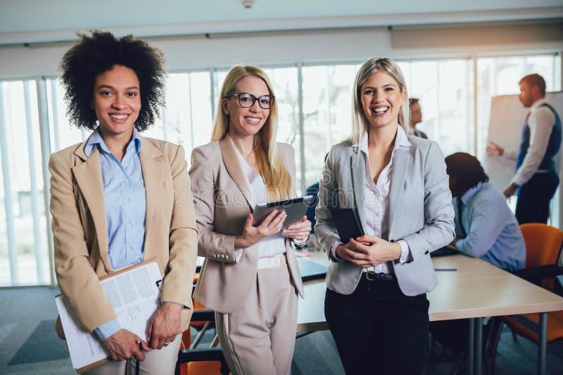 Commercieel team van vrouwen met de computer van tabletpc bij stock afbeeldingen