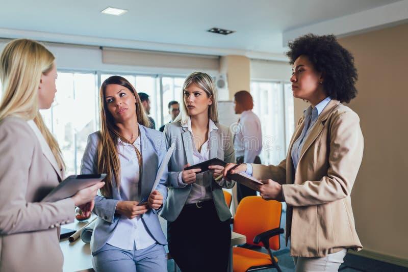 Commercieel team van vrouwen met de computer van tabletpc stock foto