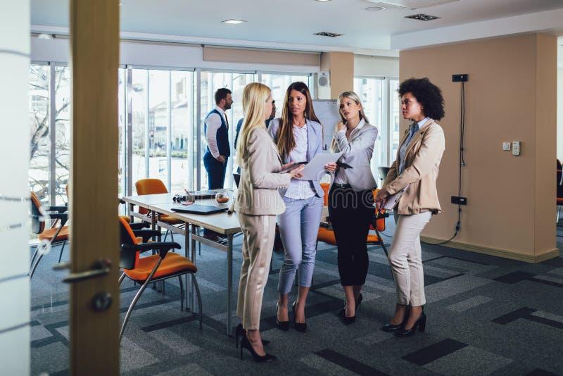Commercieel team van vrouwen met de computer van tabletpc stock afbeelding
