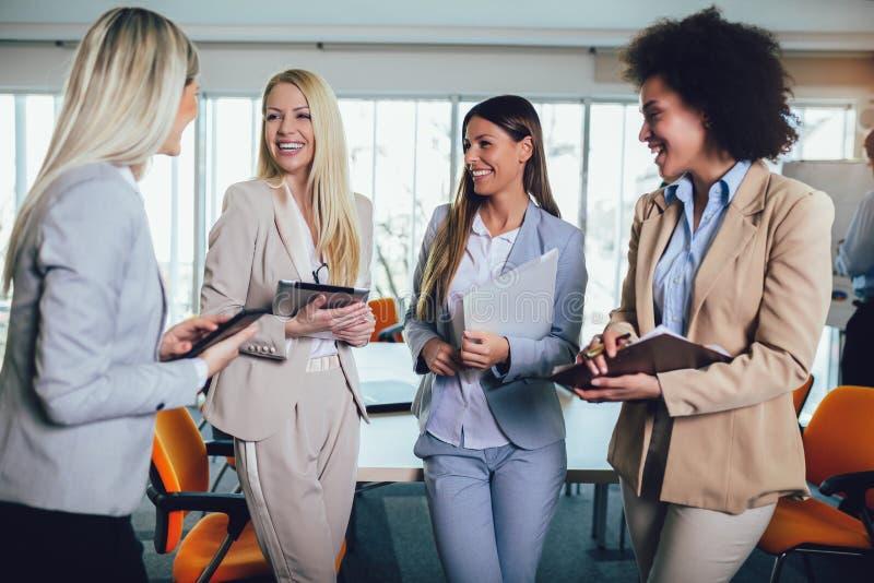 Commercieel team van vrouwen met de computer van tabletpc royalty-vrije stock foto