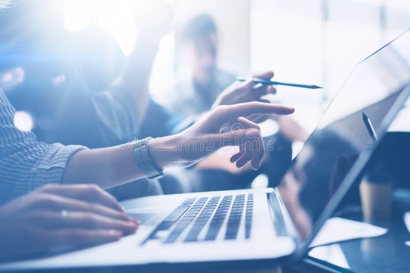 Commercieel vergaderingsconcept Close-upmening van medewerkersteam die met mobiele computer op modern kantoor werken Analyseer za royalty-vrije stock fotografie