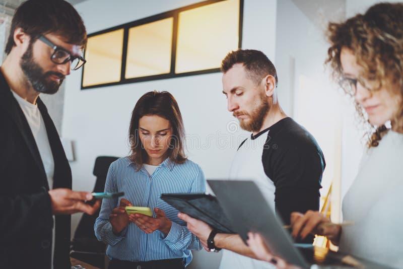 Commercieel vergaderingsconcept Medewerkersteam die met mobiele apparaten op modern kantoor werken Vage achtergrond horizontaal stock afbeelding