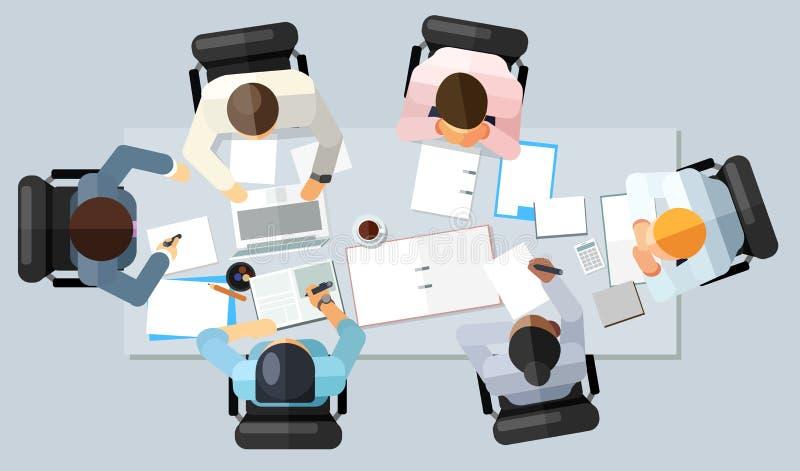 Commercieel vergaderingsconcept Vectorillustratie in een luchtmening met mensen die een rond conferentielijst met leeg exemplaar  vector illustratie