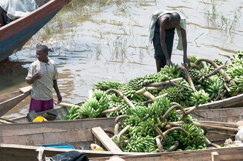 Commercieel verkeer van weegbree langs het meer Kivu stock afbeelding