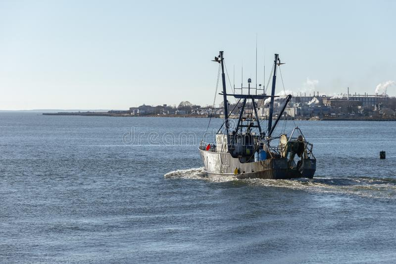 Commercieel vissersvaartuig Verenigde Staten die op de zon van de de winterochtend wijzen royalty-vrije stock afbeeldingen
