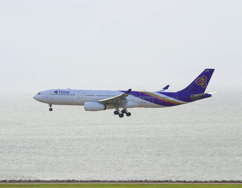 Commercieel Vliegtuig die in de hemel vliegen stock foto's