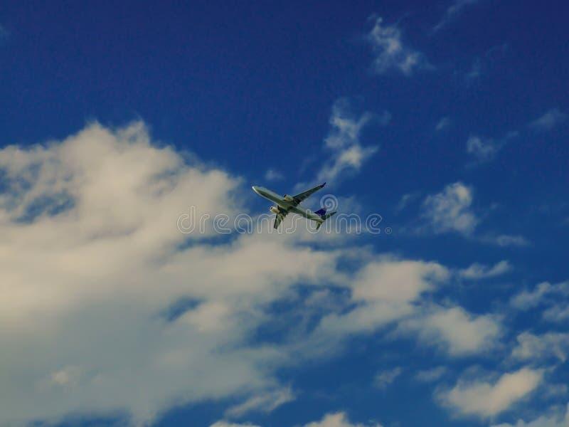 Commercieel vliegtuig die onder de wolken vliegen royalty-vrije stock foto