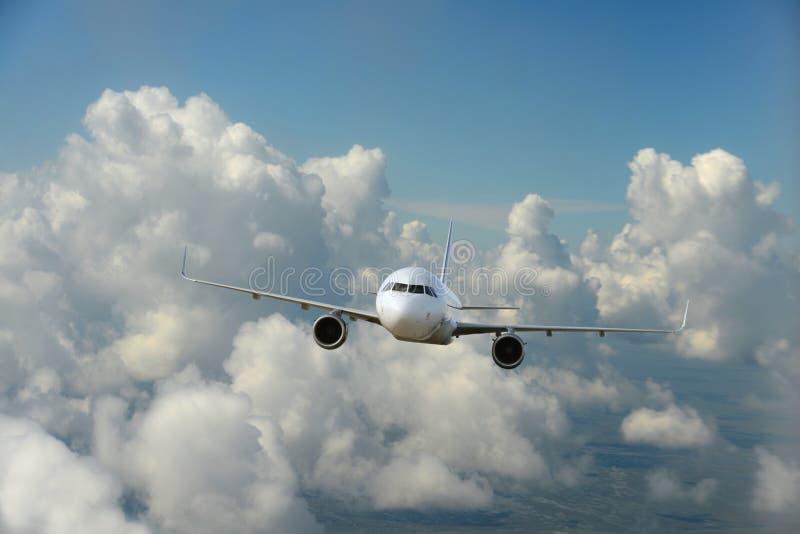 Commercieel vliegtuig die over de wolken vliegen royalty-vrije stock foto