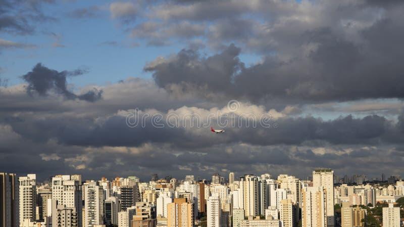 Commercieel vliegtuig die over een stad vliegen Een passagiersvliegtuig vliegt over een grote stad royalty-vrije stock foto's