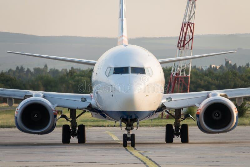 Commercieel vliegtuig die zich op de luchthavenbaan bevinden Of passagiersvliegtuig die landen opstijgen stock foto