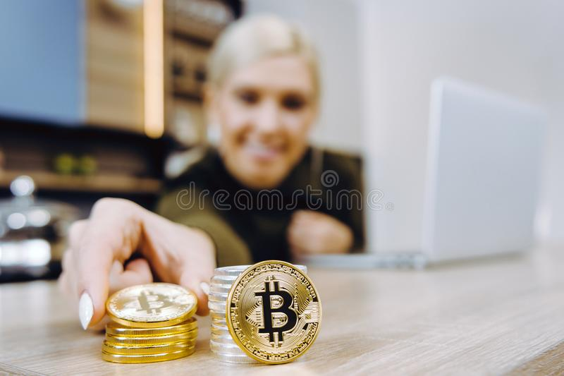 Commercio del bitcoin della donna fotografia stock