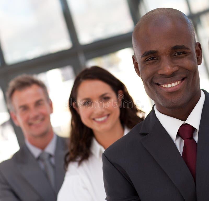 Commercio dell'uomo dell'afroamericano che piombo una squadra immagine stock