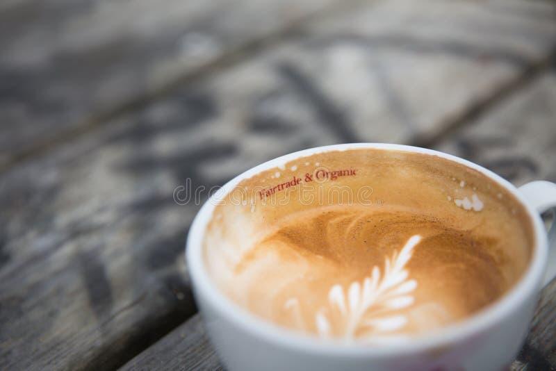 Commercio equo e solidale e tazza di caffè organica immagini stock