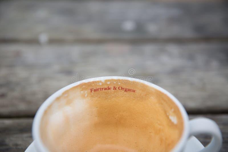 Commercio equo e solidale e tazza di caffè organica fotografia stock