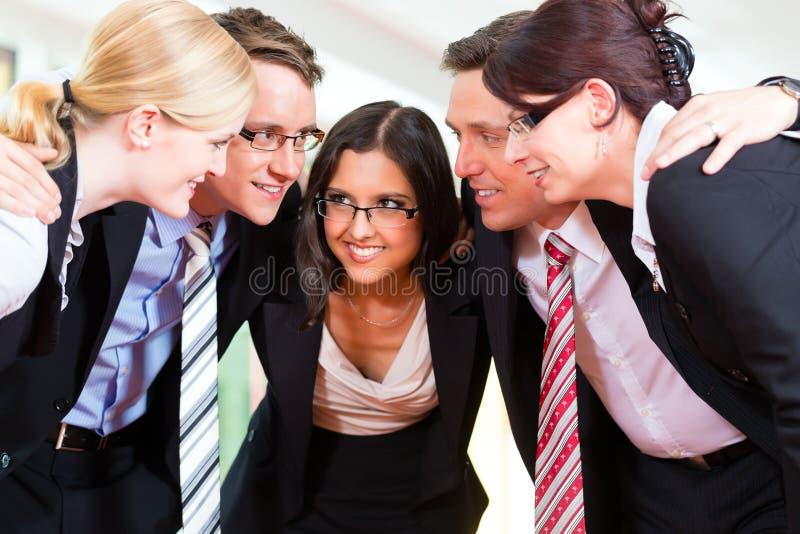 Commercio - gruppo di persone di affari in ufficio immagini stock libere da diritti