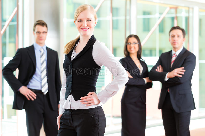 Commercio - gruppo di persone di affari in ufficio immagini stock
