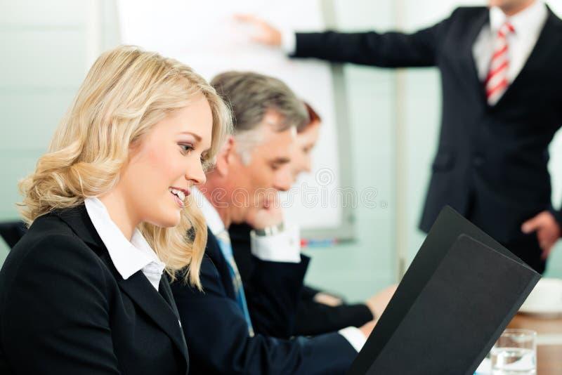 Commercio - presentazione all'interno di una squadra immagini stock libere da diritti