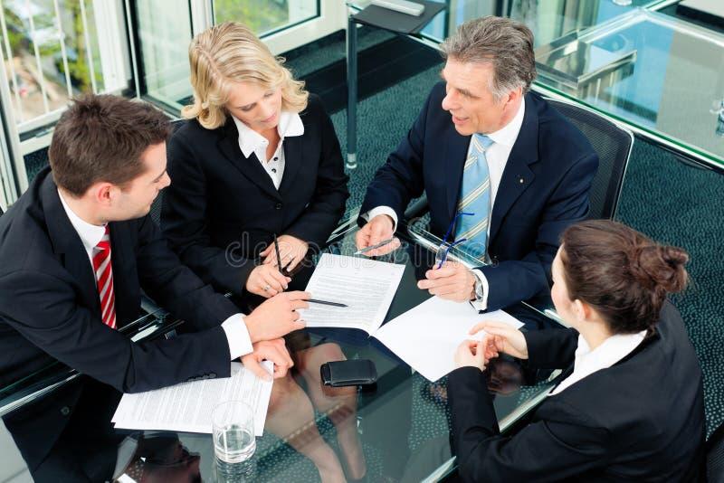 Commercio - riunione in un ufficio immagini stock