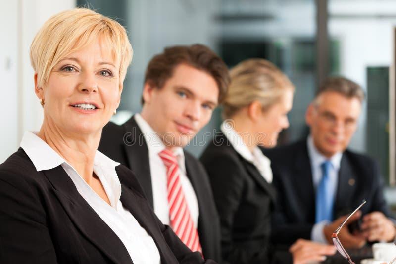 Commercio - squadra in ufficio fotografie stock