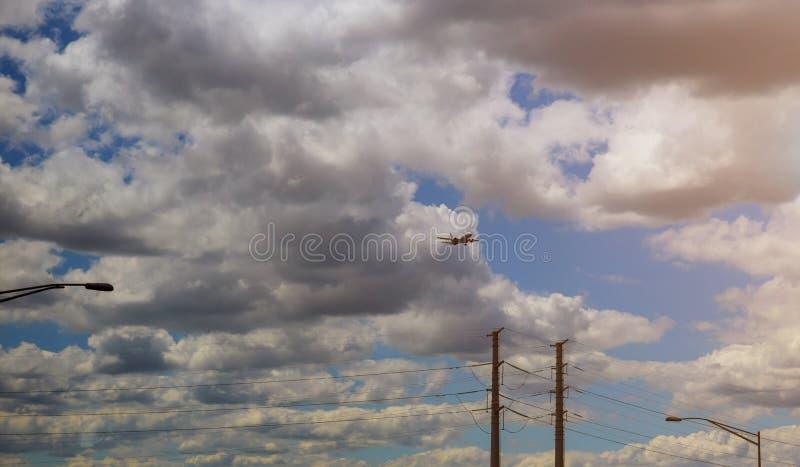 Commerical来在着陆机场的喷气式客机 免版税库存照片