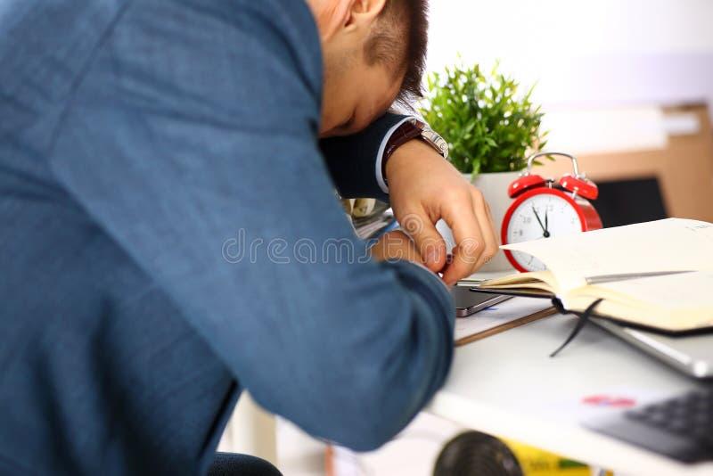 Commis masculin de bureau fatigué dans le petit somme de prise de costume photos libres de droits