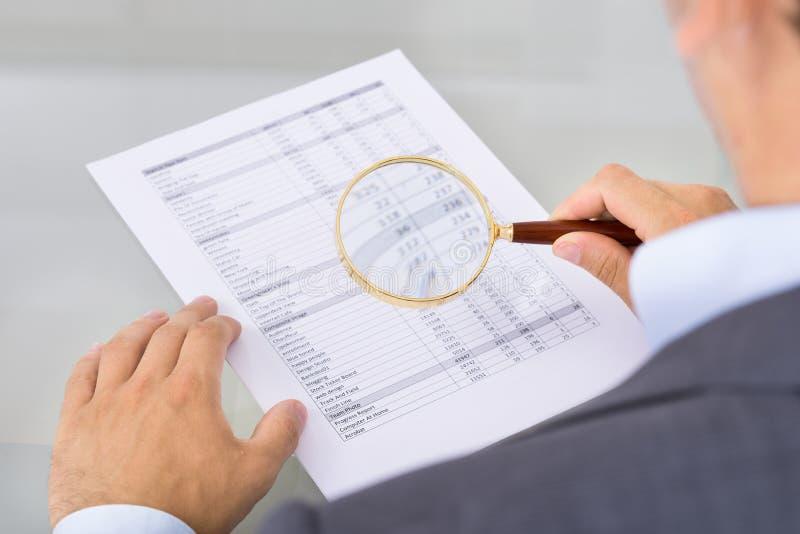 Commissaire aux comptes inspectant le document images libres de droits