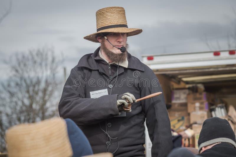 Commissaire-priseur amish à la vente de boue photos libres de droits