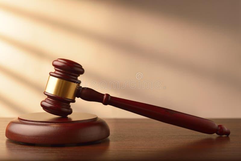 Commissaire-priseur ou marteau en bois de juges image libre de droits