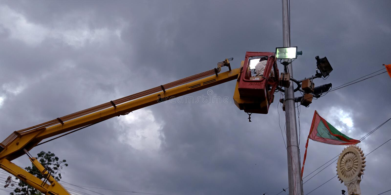 commission indienne de l' électricité réparant les feux de rue sur fond de ciel en inde, décembre 2019 images stock