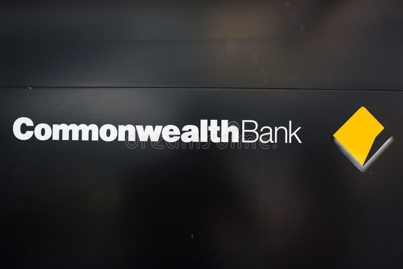 Commonwealth Bank gałąź znak na czarnym tle zdjęcia stock