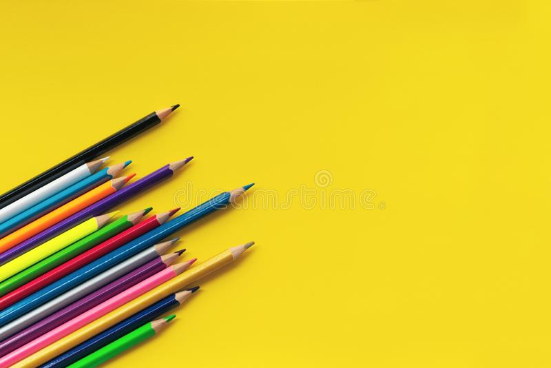 Communautair communicatie concept Groep potloden op de gele achtergrond met exemplaarruimte stock foto's