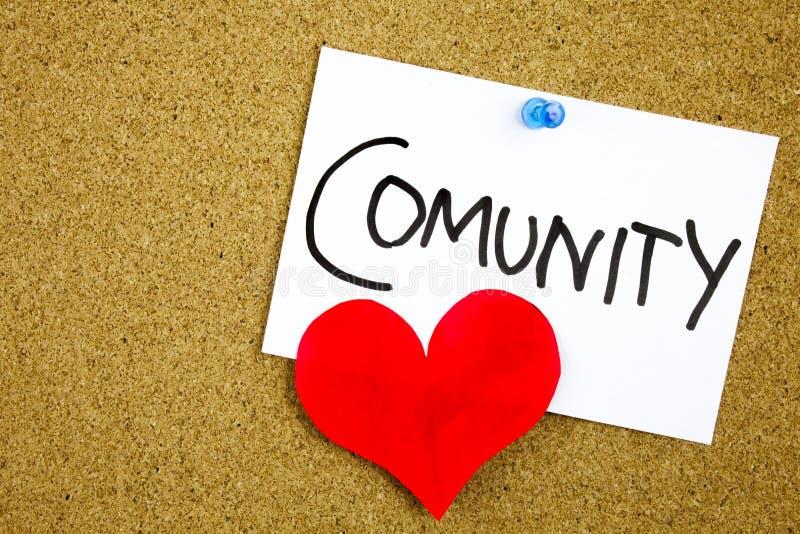 Communautair woord met rood hart op een kleverige nota tegen een cork bericht stock foto